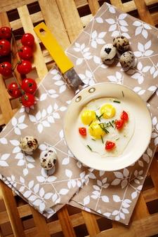 Свежий завтрак с жареным яйцом