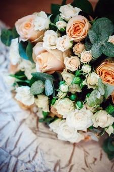 白とクリーム色のバラの豪華なブーケ