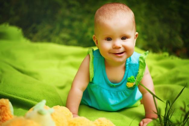 遊ぶ愛らしい幼児の赤ちゃん女の子