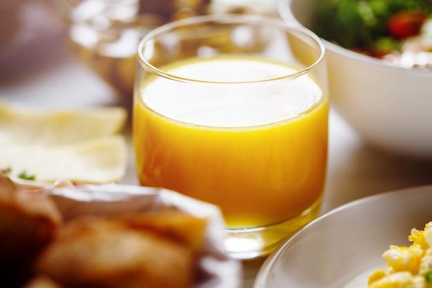 新鮮なオレンジジュースとガラス