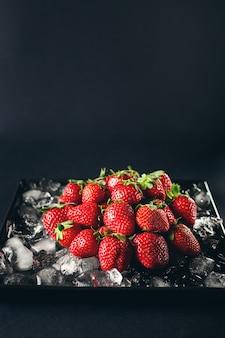 氷の上で熟したイチゴ果実