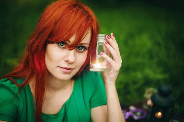 深い緑色の目で美しい赤い髪の少女