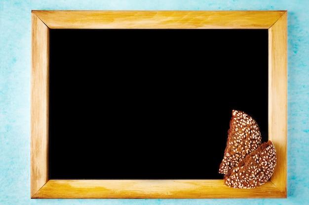 木製フレームのチョークボードと背景