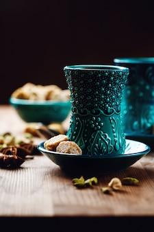 紅茶またはホットワインとさまざまなスパイス