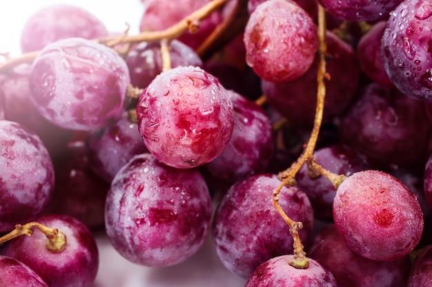 Красный спелый виноград на белом