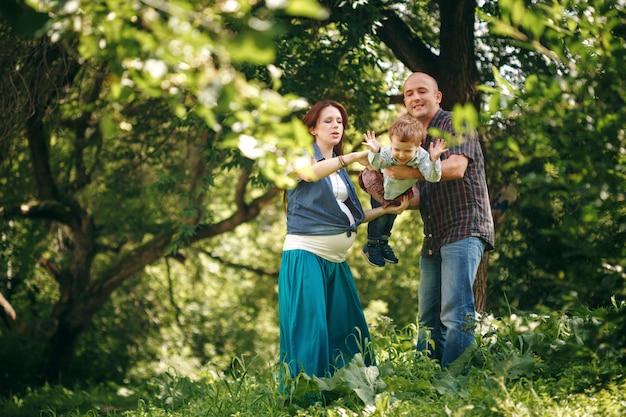 Счастливая семья на свежем воздухе