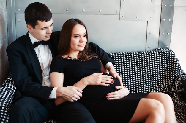 若い美しい家族は赤ちゃんを待っています。