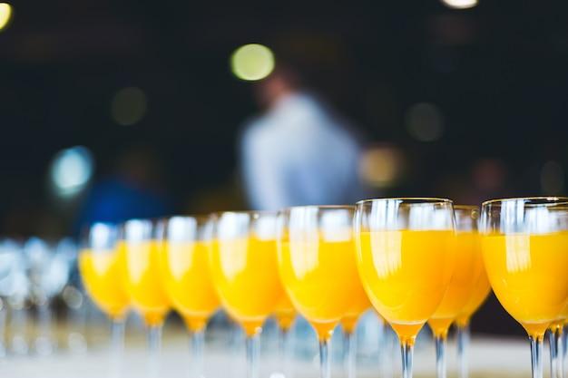 新鮮なオレンジジュース。ケータリングドリンク。