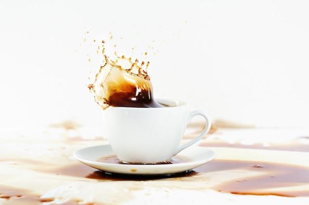 スプラッシュを作成するコーヒーカップ