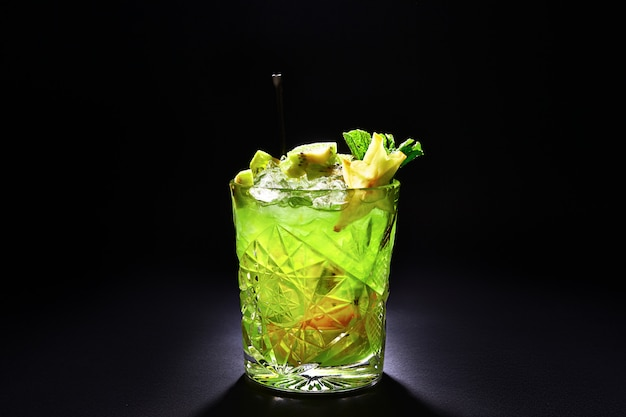 Зеленый коктейль типа мохито