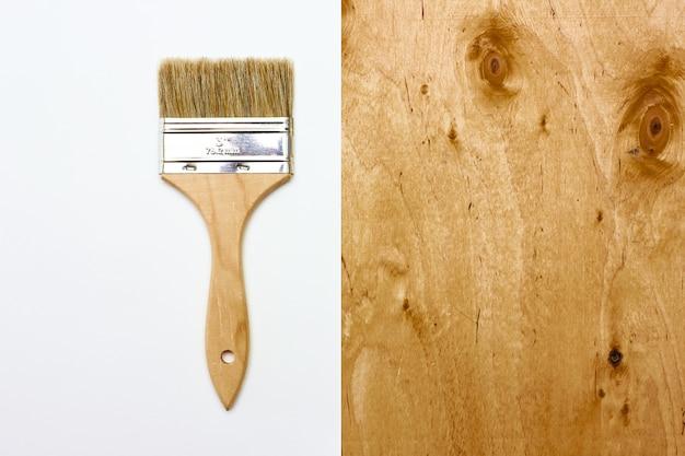 Ремонт кисти с бумагой и деревянной текстурой