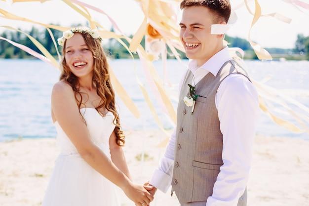 笑って幸せな結婚式のカップル