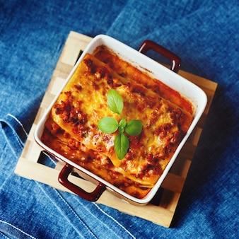 Итальянская еда. лазанья тарелка.