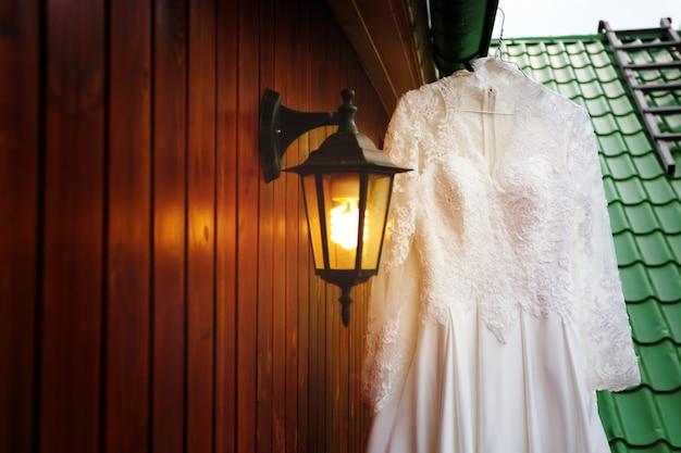 花嫁の準備ができた白いウェディングドレス