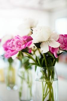 結婚式のピンクのラナンキュラスの花