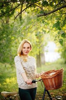 田舎のビンテージ自転車の女性