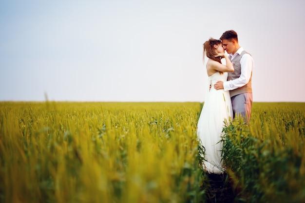 幸せな若い結婚式のカップルがキス