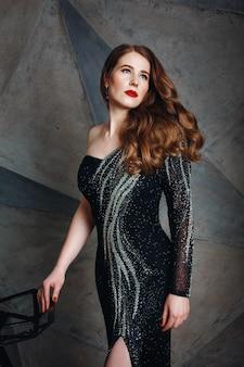 豪華な黒のドレスの若い赤髪の女性