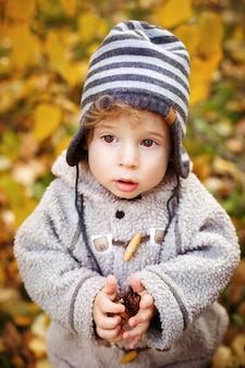 かわいい幼児男の子のクローズアップの肖像画
