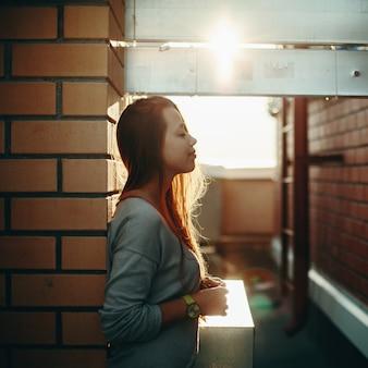 目を閉じて通りに立っている女性