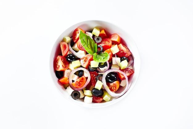 野菜とバジルの軽いサラダ。白で隔離