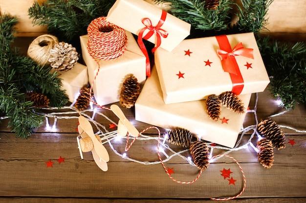 Рождественская композиция с подарками, завернутыми в крафт-бумагу