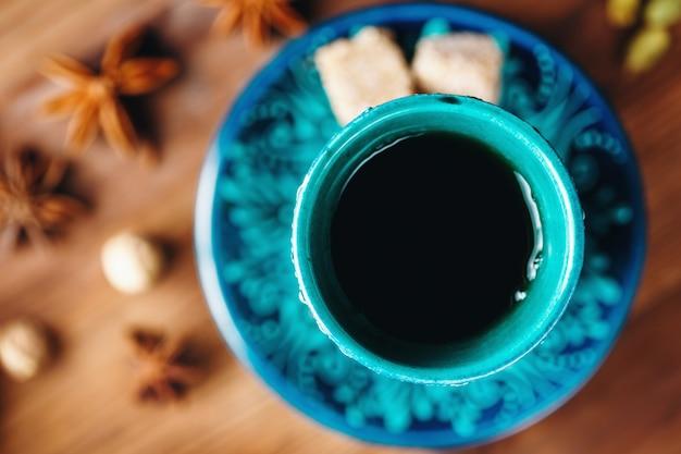 さまざまなスパイスの温かい飲み物