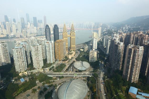 重慶、中国、超高層ビル、昼間の高層ビルのビジネス街、揚子江