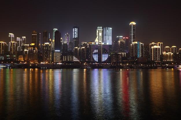 重慶、中国、高層ビル、夜の時間、揚子江のスカイライン高層ビルのビジネス街