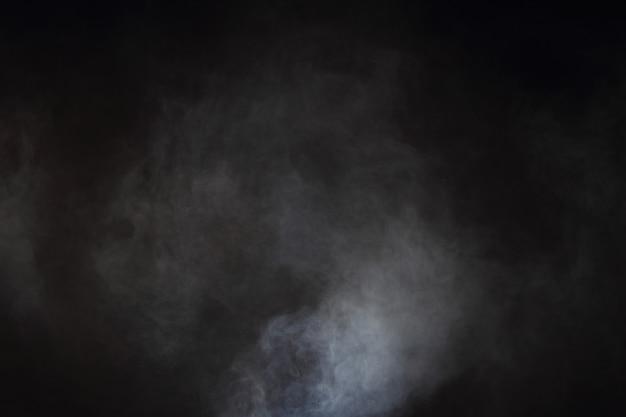 Белый дым и туман на черном фоне, абстрактные облака дыма