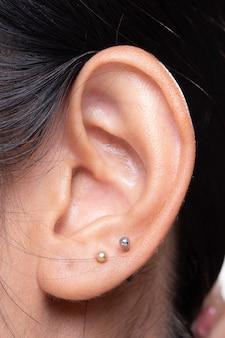 Часть тела азиатского женского уха левая сторона
