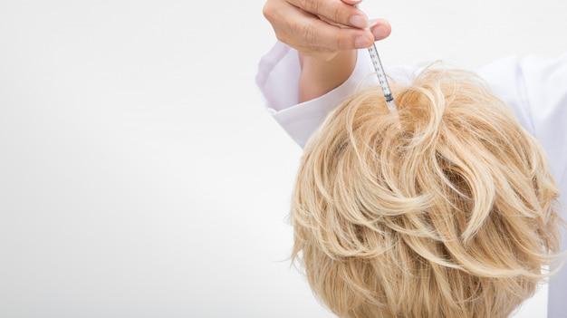 医者は処置の血清のビタミンの毛の落下を注入します