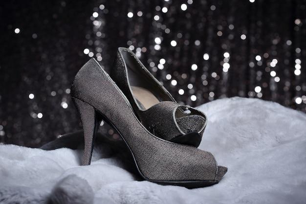 毛皮と銀の壁紙にハイヒールの靴