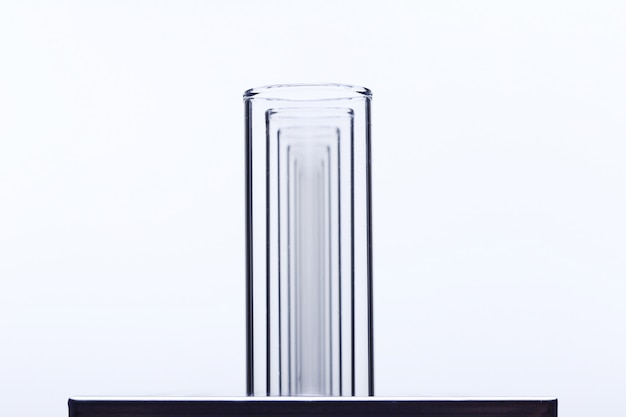 Группа из пустой стеклянной трубки лаборатории на подставке из нержавеющей стали