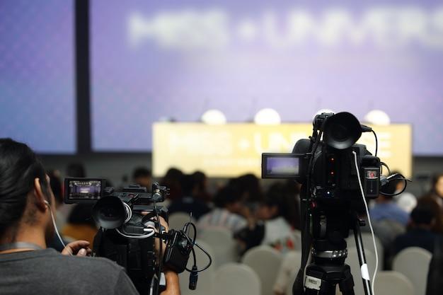 コンテストのインタビューセッションでのビデオ一眼レフカメラソーシャルネットワークライブ録画