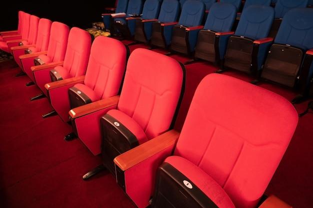 ベルベット生地の布空の多くの席の行の列