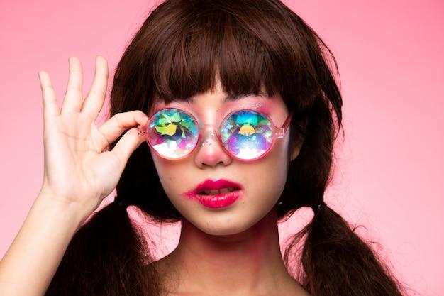 ファッションモデルの女性は万華鏡のメガネを着用