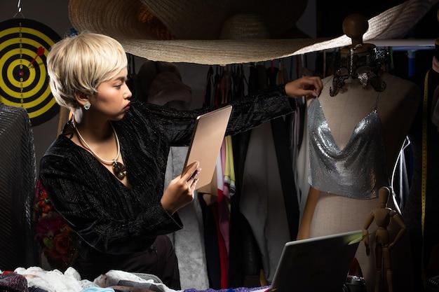 おてんば娘ファッションデザイナーがパターンとデザインをチェック