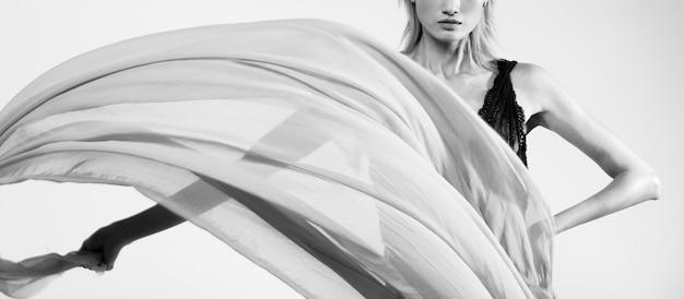 空気の女性のフロー透明生地を投げる