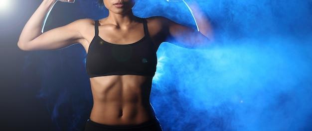 運動を行うフィットネス女性