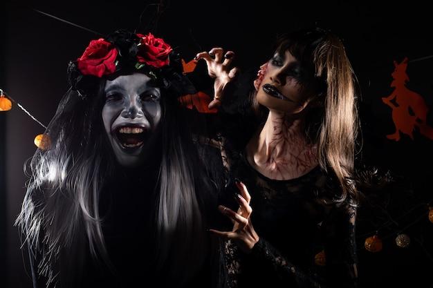 悪魔の白い顔のピエロとゾンビ少女の黒髪