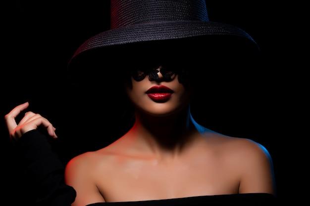 ファッションアジアの女性日焼け肌黒髪美しい