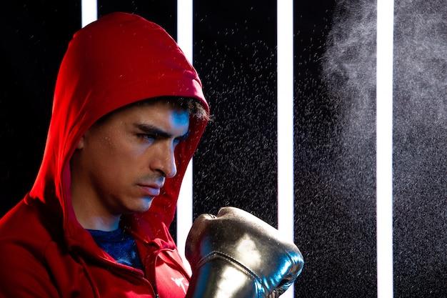Спортсмен человек тренируется по боксу в современном тренажерном зале