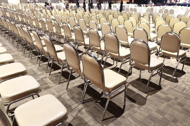 ボールルームでのパフォーマンスコンテストのために多くの椅子が行順に並べられています
