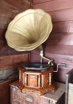 貯蔵室のヴィンテージ古いレコードプレーヤー