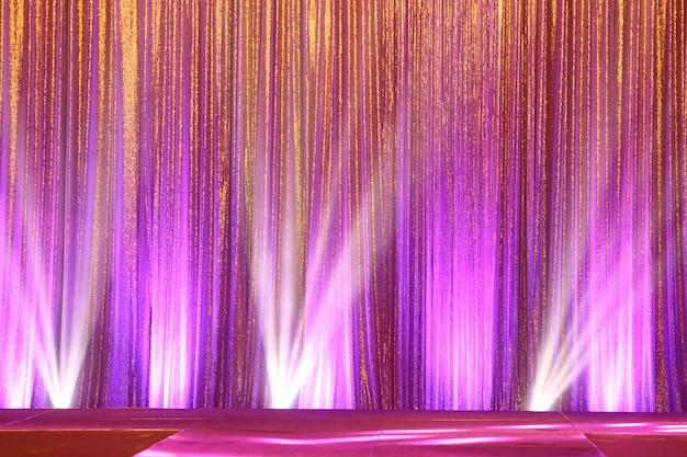 シルバーカーテンスクリーンドレープ波と照明ビーム