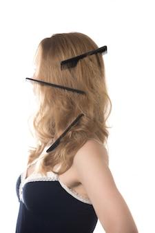 彼女の髪のいくつかの櫛を持つ女性
