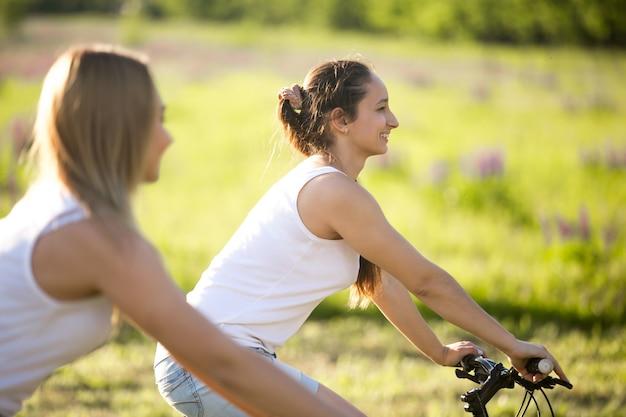 自転車で二人の女の子
