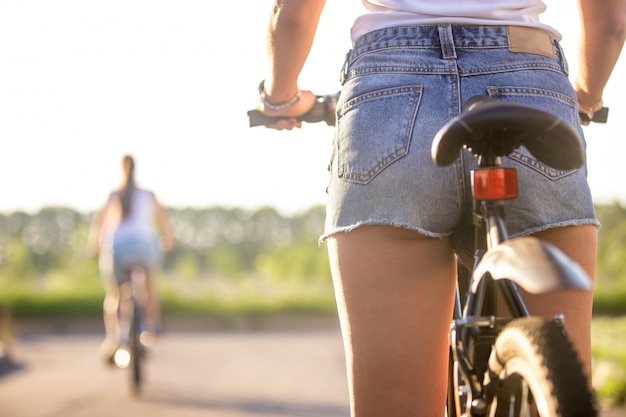 自転車に乗って少女の背中