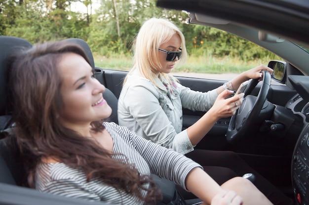 Водитель смотрит на мобильный